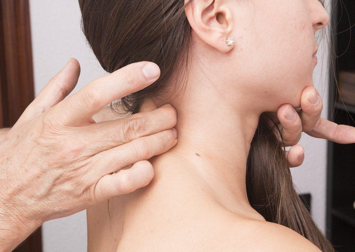 Cervicale: cause, sintomi e rimedi. Ecco tutto ciò che c'è da sapere