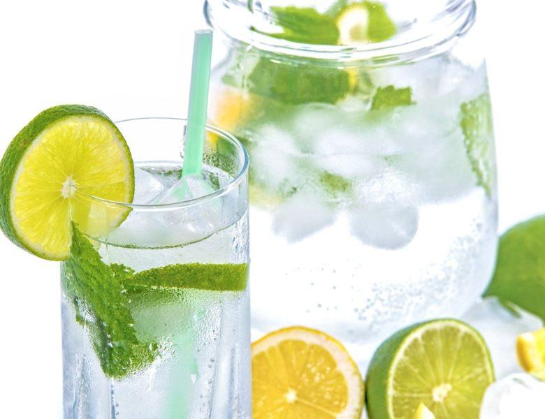 Benefici di acqua e limone: cosa risolve questo rimedio